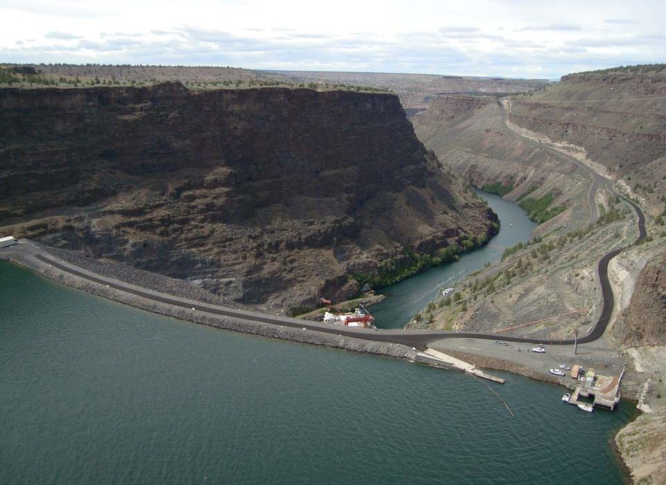 Cliff-side view of Lake Simtustus and Pelton Dam from Round Butte Park