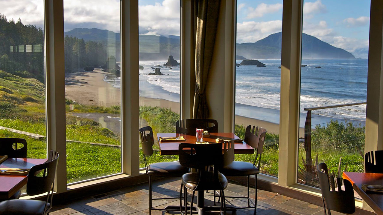 Redfish's floor-to-ceiling windows gives guests a spectacular view of the Pacific Ocean.