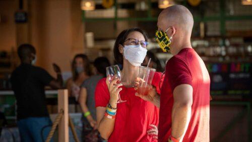 Dos personas usan máscaras.