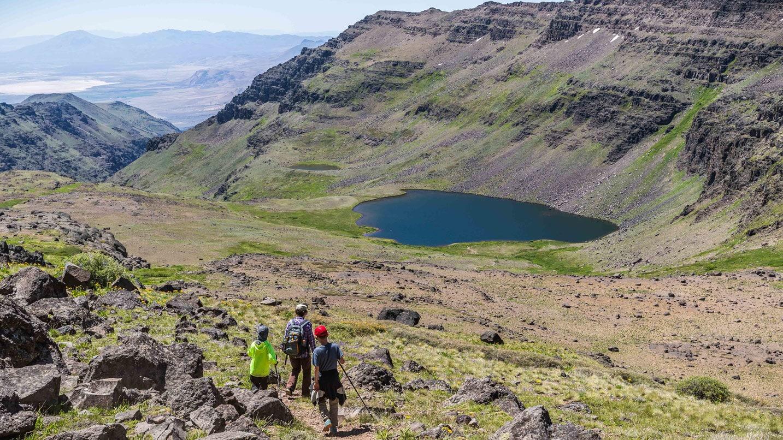 Hikers descend towards Wildhorse Lake.