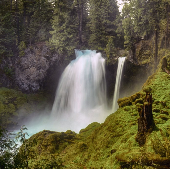Sahalie waterfalls surrounded by mossy rocks